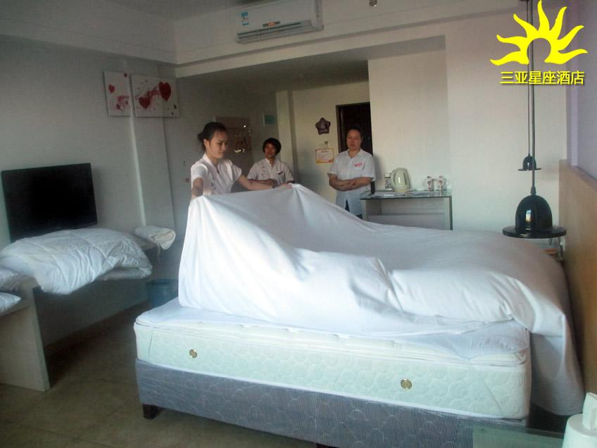 星级酒店客房铺床流程答:一,开单:双手拖出床垫约60cm,注意床垫的翻